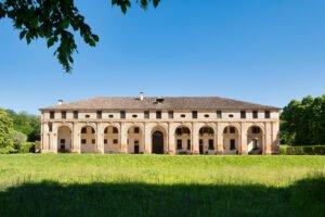 La facciata della barchessa palladiana che accoglie l'omonima Cantina Barchessa Loredan a Selva del Montello.