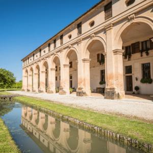 Il giardino, l'antico tracciato della Brentella e la barchessa palladiana dell'omonima Cantina Barchessa Loredan di Selva del Montello.
